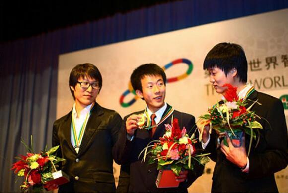 ▲ 第1届世界智力运动会上夺得冠军的赵大元。左侧为咸泳雨业余7段、右侧为李勇熙业余7段