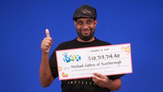 已故的迈克尔·格布鲁在领取奖金支票时的照片