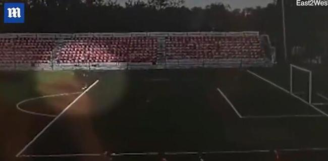 俄罗斯球员戴金属项链被闪电击中 当场劈出黑烟
