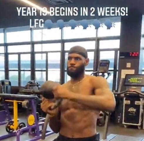 詹姆斯曬訓練照 完美腹肌精壯胳膊現良好狀態