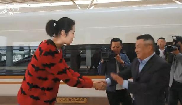 朱婷返回郑州受球迷领导接待 粉