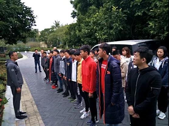 国家铁人三项队在海南万宁训练基地举走升旗誓师仪式