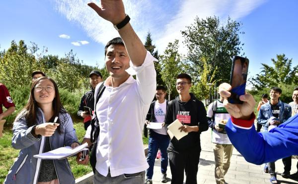 集訓營首日,邵佳一受到球迷追捧。