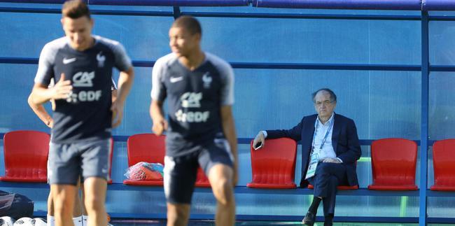 法国足协主席(右)称法国会战胜阿根廷