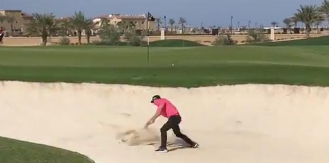 沙特国际赛第二轮加西亚情绪失控连续击打沙子