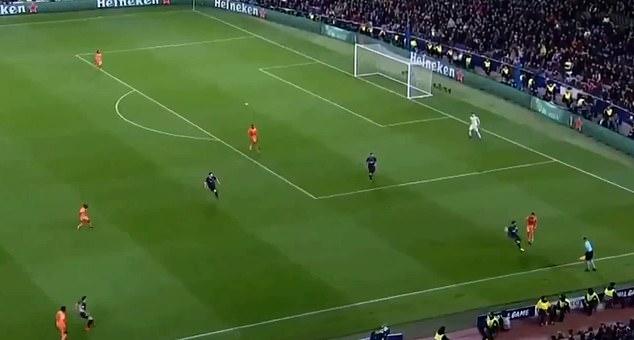 梅西逼抢对方边后卫
