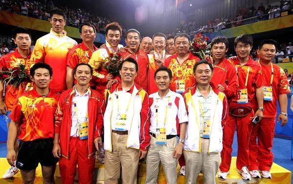 黄飚(前排左二)已是国乒团队中资历最老的人