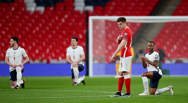 波兰球员赛前拒绝单膝下跪 手指袖口尊重徽章