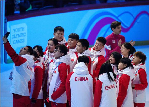 1月9日,中国代表团成员在开幕式上自拍。新华社记者张晨霖摄