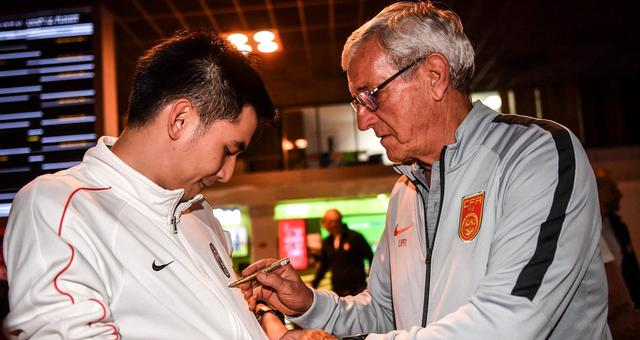 国足深夜抵达曼谷将战泰国队 里皮为球迷签名