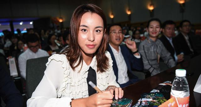 颜值在线!王蔷现身华南理工大学出席活动