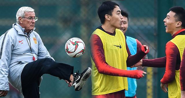 中国男足训练备战气氛轻松 里皮秀脚法