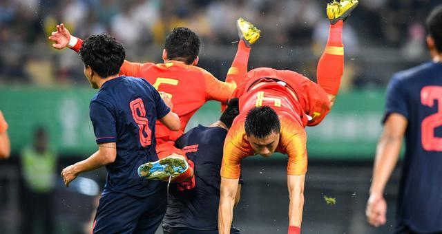 李磊从空中摔倒被担架抬出场