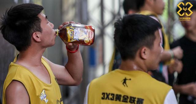 黄金联赛贵阳站火热开打 选手场边疯狂补水