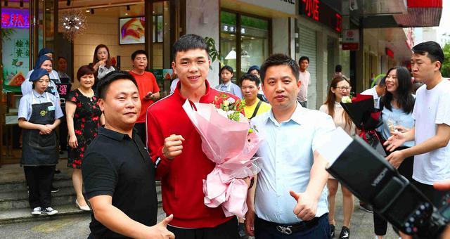 世界拳王徐灿回家乡受到热烈欢迎