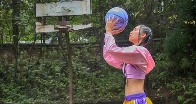 运动博主酷爱篮球和撸铁晒美拍