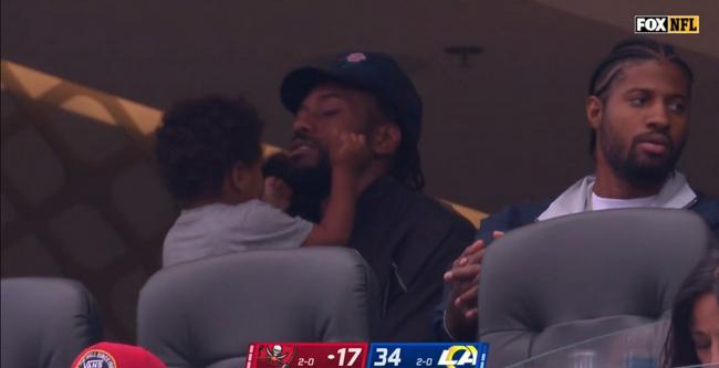 快船双核亮相NFL观众席 莱昂纳德看台哄娃