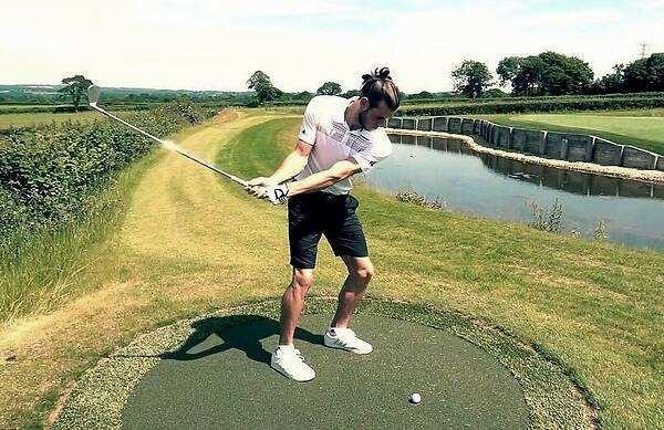 在打高尔夫的贝尔