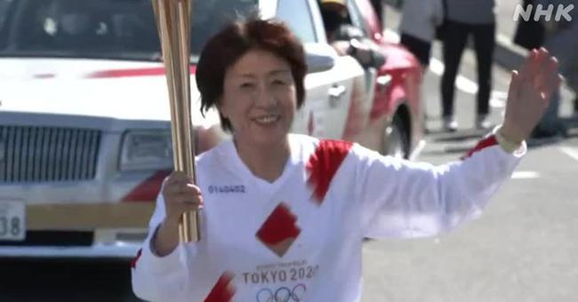 母女同场传递东京奥运火炬 摔跤女王与妈妈接棒