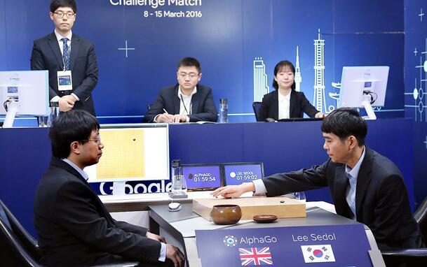 与AlphaGo的对局场面。人工智能的出现,应该是李世石隐退发言的背景之一。