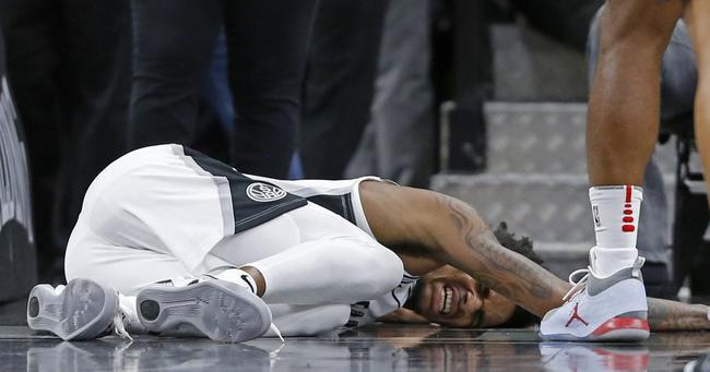马刺队首发控卫德章泰-穆雷在今天与火箭队的季前赛中不幸右膝盖受伤