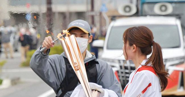 东京奥运会火炬又灭了 大风频繁找麻烦火炬手无奈