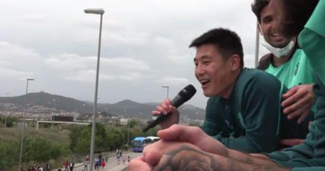 武磊带家人参加西人升级庆典 球迷高唱武磊之歌