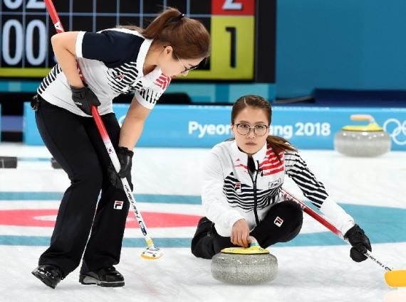 2018年2月25日,韩国队选手在2018年平昌冬奥会女子冰壶决赛中不敌瑞典获得亚军。新华社记者马平摄