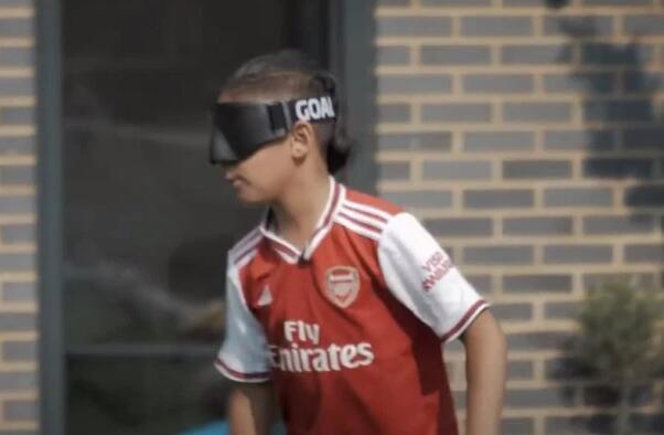 梅西善举!捐助阿森纳盲人球迷 送装备帮他踢球