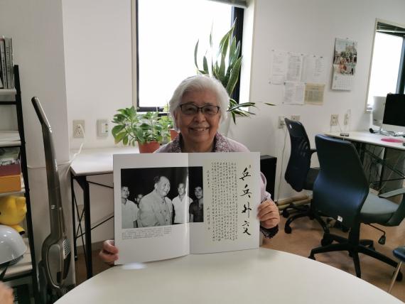 图为佐佐木敦子在展示当年的故事。新华社记者冮冶 摄。