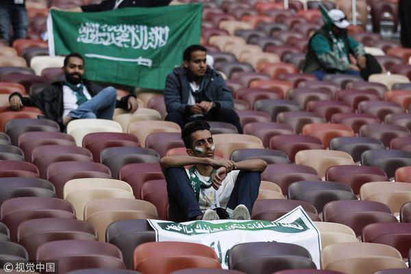 首战5球惨败!失望的沙特球迷