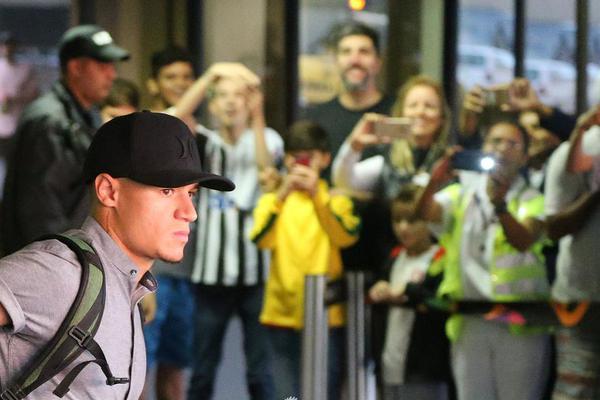 巴西队返回里约球迷热情接机