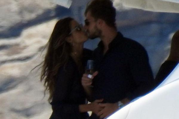 特拉普与未婚妻出海甜蜜热吻