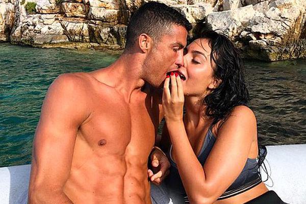 C罗与女友长子希腊度假