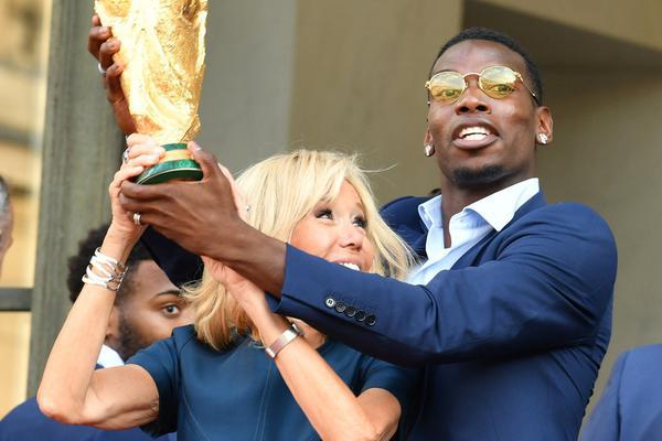 博格巴与法国第一夫人共举金杯