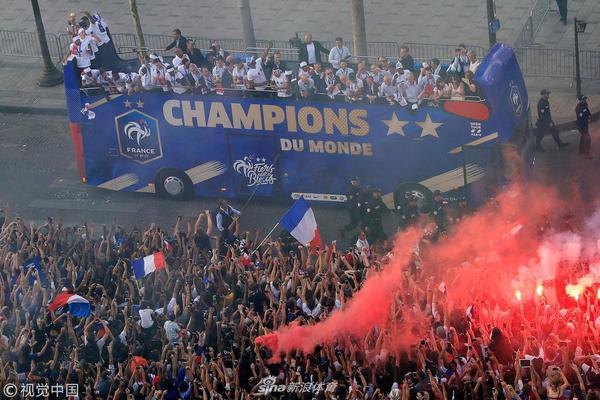 法国队举行夺冠游行 全民上街