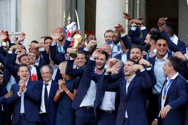 马克龙在爱丽舍宫为法国队庆功