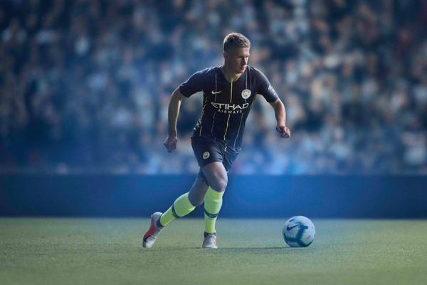 曼城发布新赛季客场球衣 深蓝色主色调