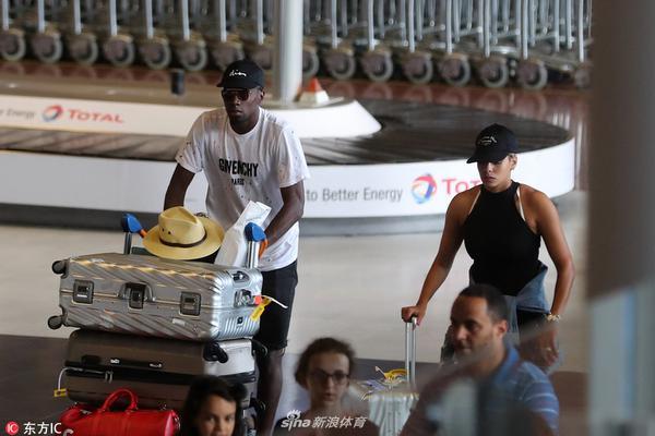 马图伊迪与娇妻现身法国机场
