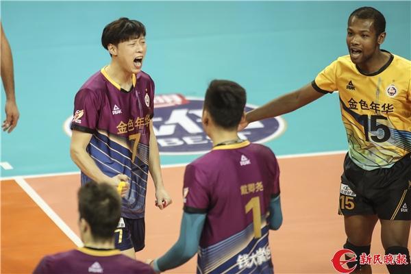 张苏磊(左一)和队友祝贺 新民晚报记者 李铭珅 摄