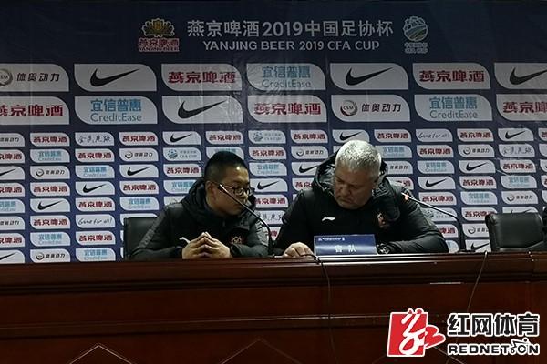 新闻发布会上,山西队主教练、波黑人纳米·萨比奇(右)给手机翻译软件打了个广告。摄影/向群