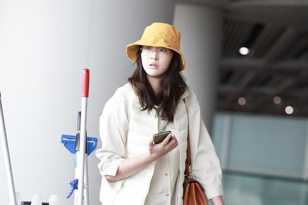 惠若琪黄色宽檐帽现身首都机场