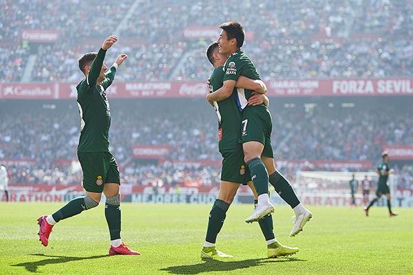 武磊和队友庆祝进球