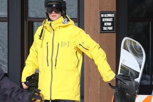 比伯穿明黄色外套化身运动健气boy 玩滑雪帅气满分