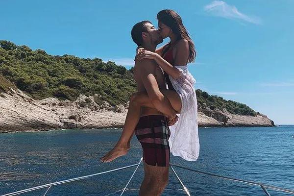 洛城高塔恋上绝美佳人!酷爱马术运动 二人在豪华游艇上热吻