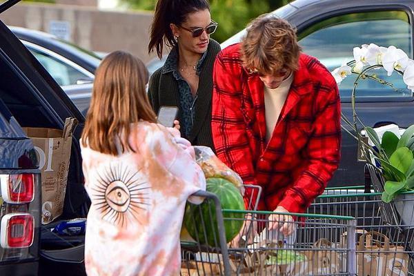 超模安布罗休与男友同框买花养眼 女儿脚踩紫靴长腿随妈妈