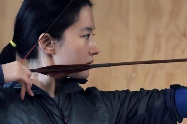 刘亦菲练习射箭花絮照曝光 素颜出镜侧脸优越