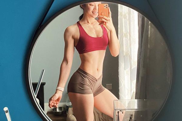 美女运动博主晨练打卡 肌肉线条流畅