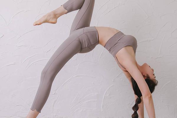 瑜伽导师Rosie纤腰长腿体态优雅迷人 高难度动作大秀魔鬼身材