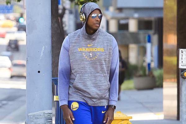 篮球名宿贾森·科林斯现身街头